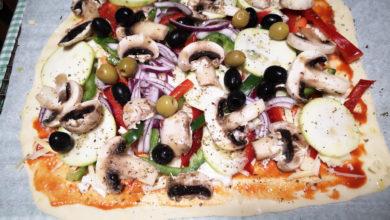 Pizza casera de verduras antes de hornear